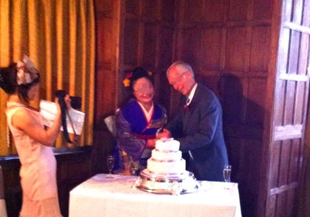 イギリスの結婚式のケーキ入刀